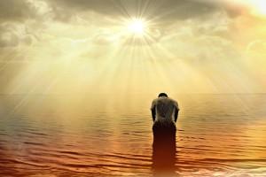 homem numa postura de reverência para uma luz que desce do céu