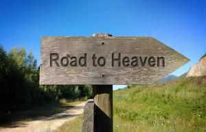 Placa em uma estrada escrito: Caminho para o Céu.