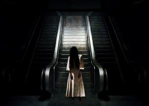 fantasma em frente a uma escada