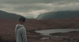 solidão, homem que olha uma paisagem sombria