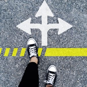 sinalização no chão indicando várias direções e a pessoa precisa escolher que caminho seguir