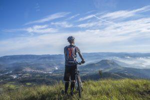 ciclista contemplando a paisagem sobre uma montanha