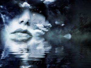 uma composição de um rosto feminino que chora em um ambiente escuro com água e céu escuro de tempestade
