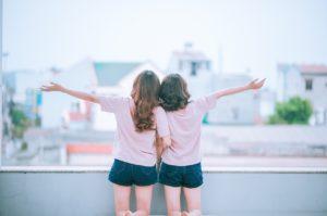 meninas de mãos dadas felizes