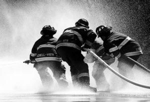 bombeiros com mangueira de água