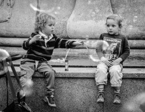 crianças que brincam com bolhas de sabão