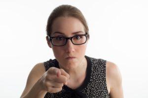 mulher apontando o dedo julgando o outro